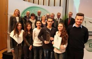 Schulleiter Arndt Hilse (3vl. o.R.), zusammen mit Initiator des Förderpreises Heinrich Deichmann (2vr, o.R.) und Lehrern und Schülern (u.R.).